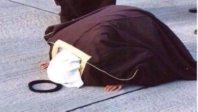 سكران يخلي الشيخ يسجد لله